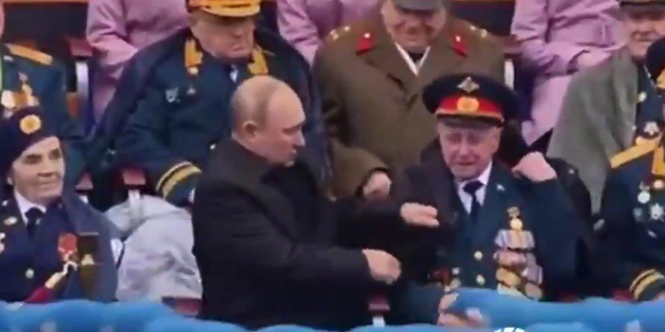 Путин помог ветерану надеть куртку
