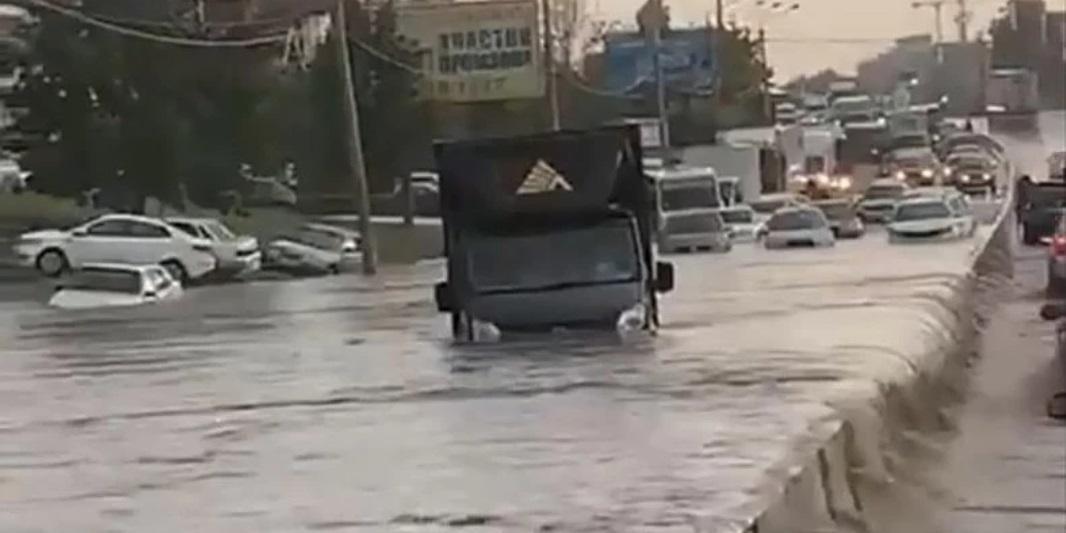 Жители Ростова выкладывают видео затопленного ливнем города