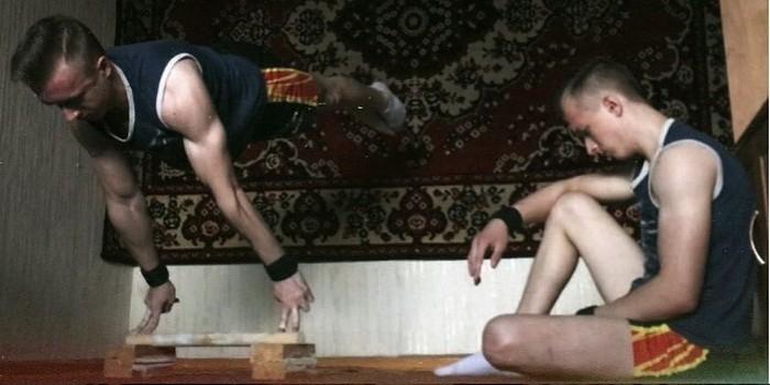 Знаменитый трюкач из Омска не снимает со стены ковер, боясь гнева бабушки