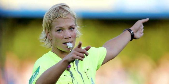 Женщина-арбитр из Германии во время игры отдала голевую передачу
