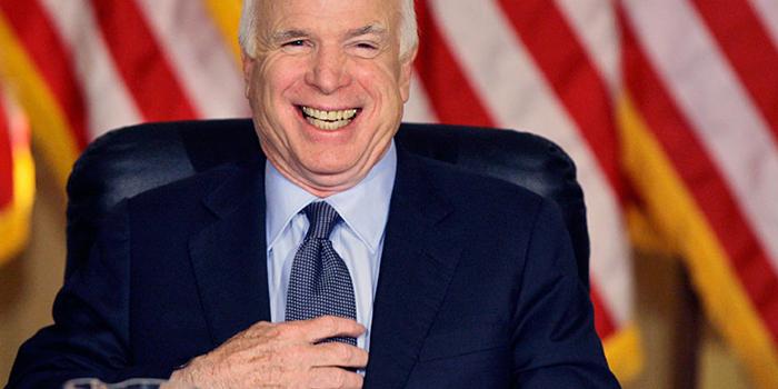Маккейн высмеял слова главы разведки США о поставках оружия Киеву