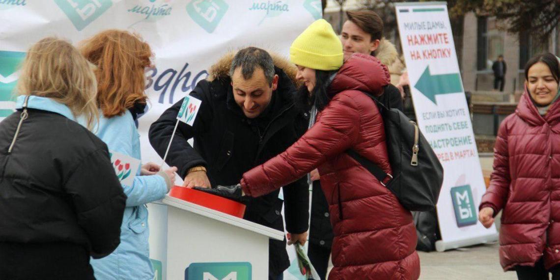 Активисты движения «МЫ» в Нижнем Новгороде креативно поздравили горожанок с наступающим 8 марта