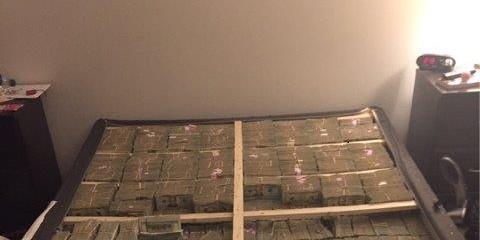 Фото дня: как выглядят спрятанные в кровати 20 миллионов долларов