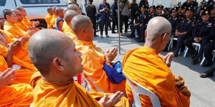 Тайский монах смутил весь автобус, забыв выключить звук при просмотре порно