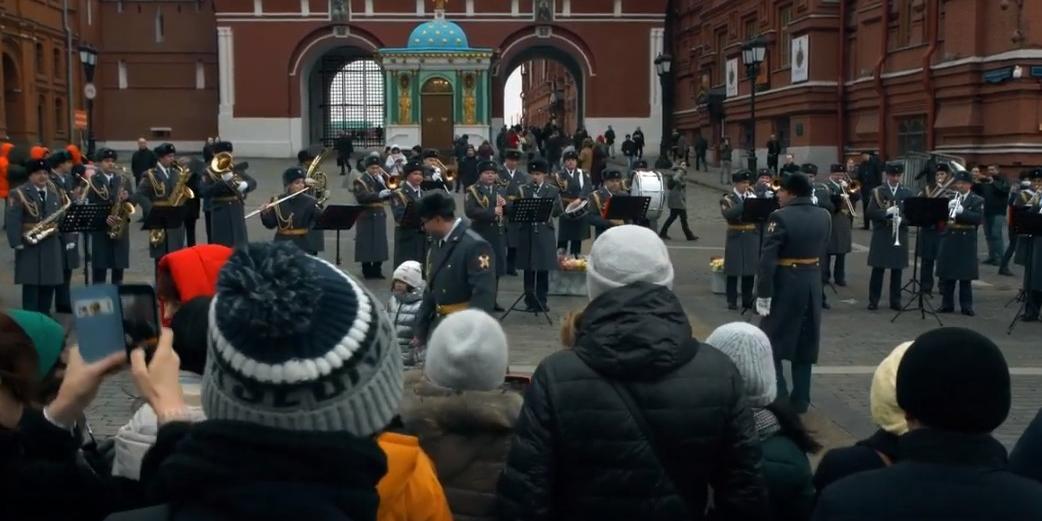Росгвардейцы поздравили женщин с 8 марта концертом у стен Кремля