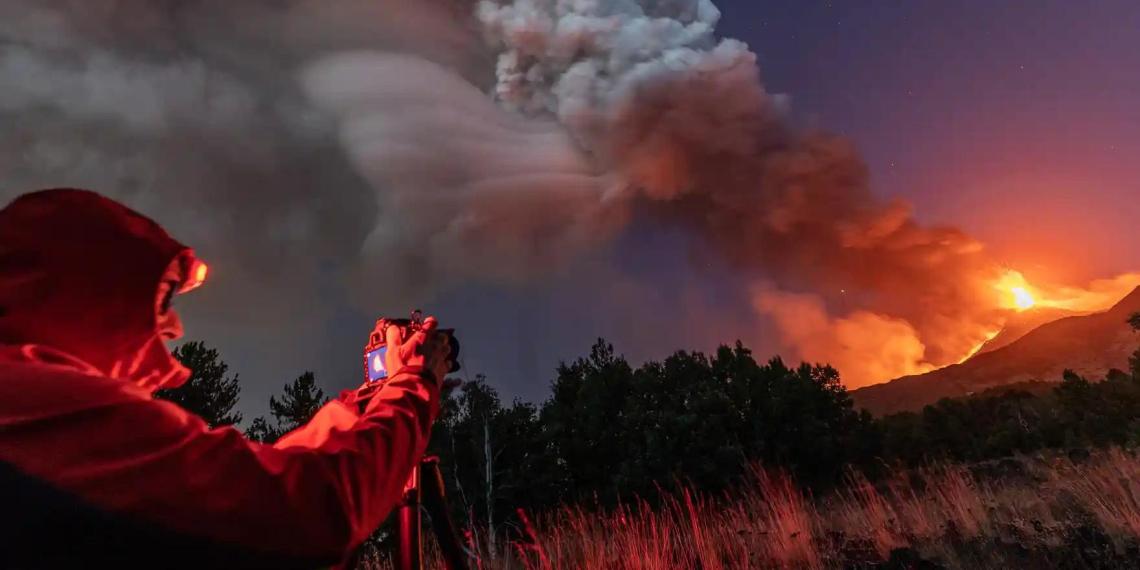 Сицилию засыпало пеплом после нового извержения вулкана Этна