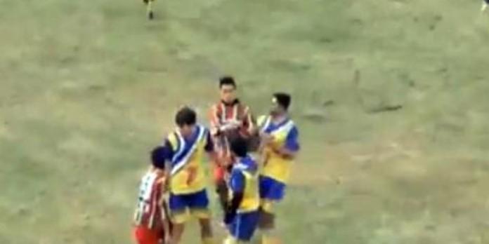 Аргентинский футболист скончался во время потасовки на поле