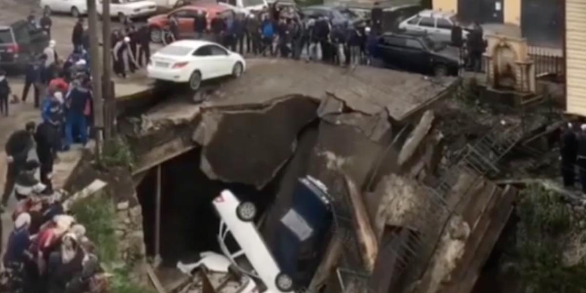 Самодельный мост в Дагестане обрушился под весом припаркованных машин