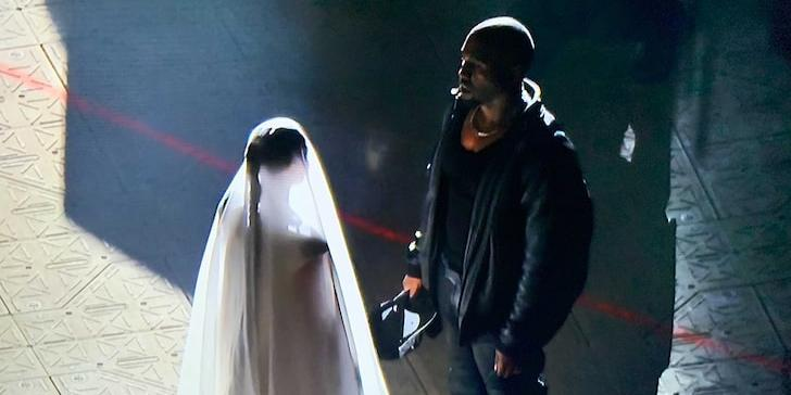 """""""Ким была счастлива"""": Кардашьян появилась на концерте Канье Уэста, выйдя на сцену в свадебном платье"""
