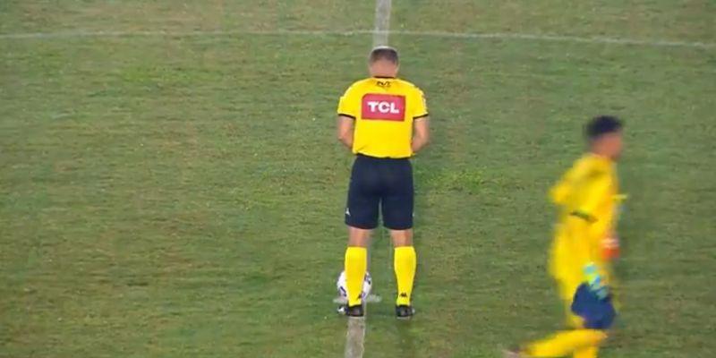 Бразильский арбитр справил нужду прямо посреди поля перед матчем