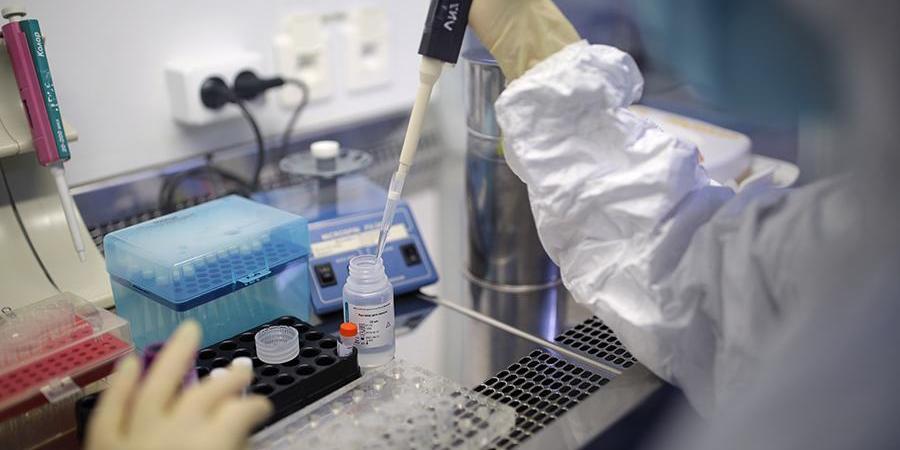 В Британии обвинили Россию и Иран в попытках украсть разработки по коронавирусу
