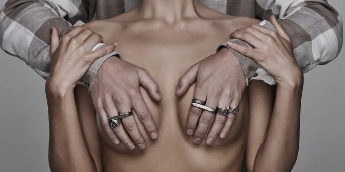 Ювелирный бренд показал мужские украшения на голых женщинах