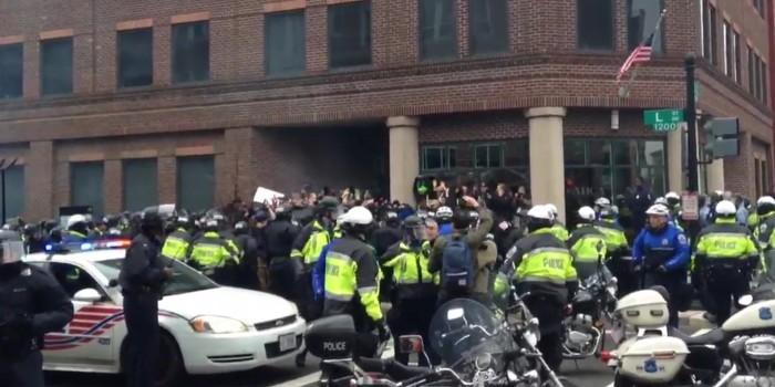 В Вашингтоне протесты против инаугурации Трампа перешли в столкновения с полицией