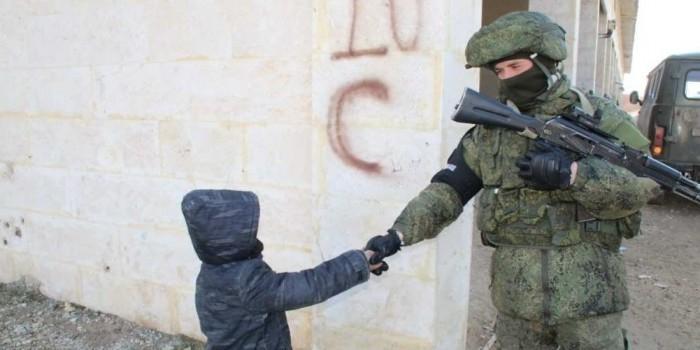 """В сети появились кадры с """"вежливыми людьми"""" в окружении сирийских детей"""