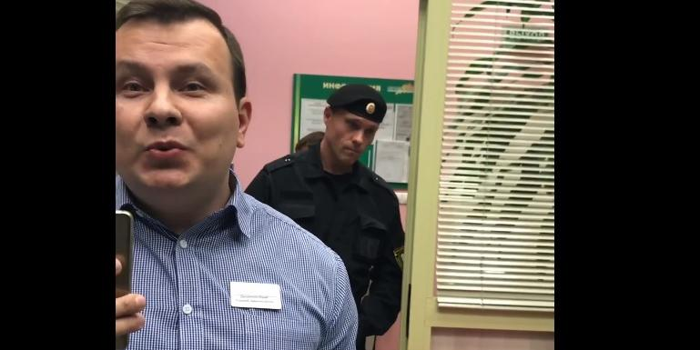 """В Москве охранники торгового центра пытались """"задушить"""" посетителя"""