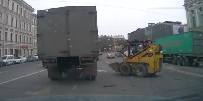 """Видео дня: """"бешеный погрузчик"""" станцевал брейк-данс в центре Петербурга"""