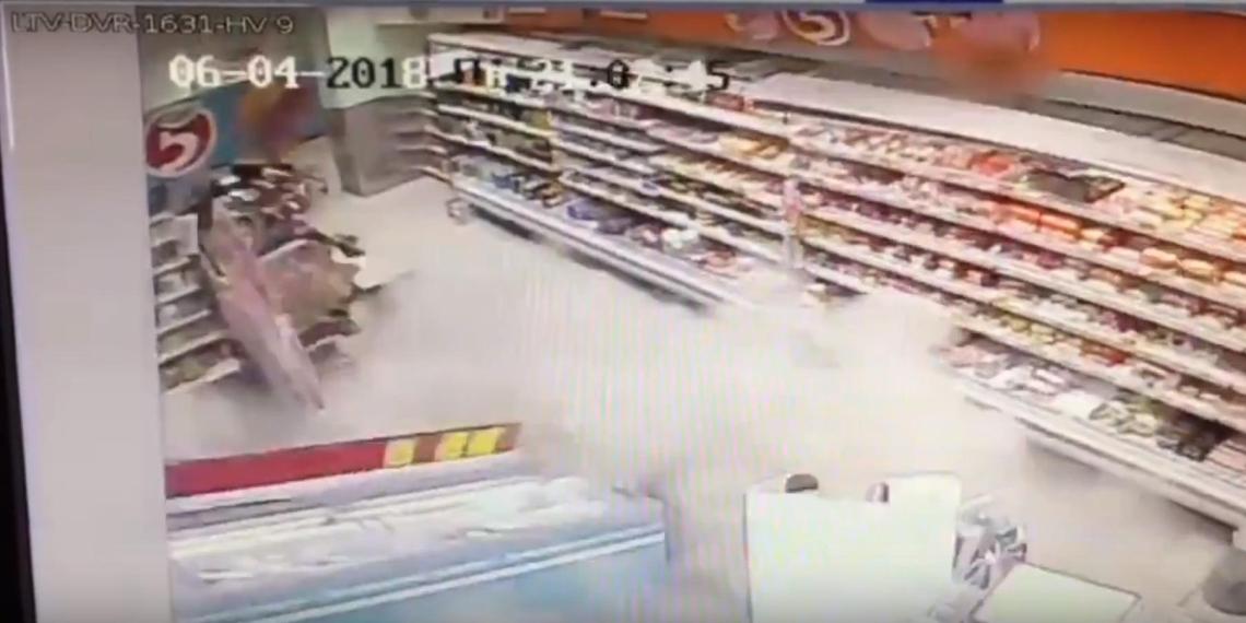 В казанском супермаркете одновременно обвалились пол и потолок