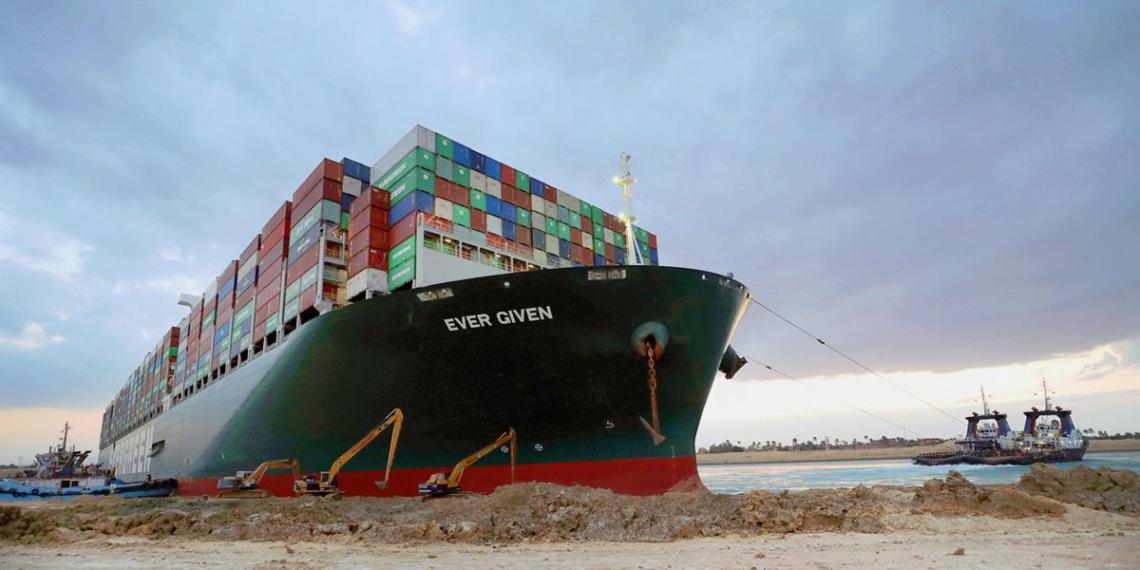 Перекрывший Суэцкий канал контейнеровоз сняли с мели