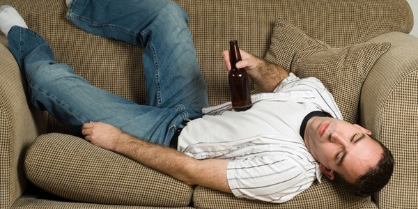 Пьяный петербуржец погиб при падении с дивана