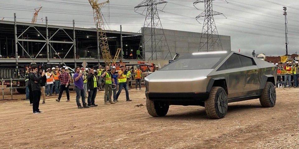 Илон Маск приехал на пикапе Cybertruck на завод в Техасе