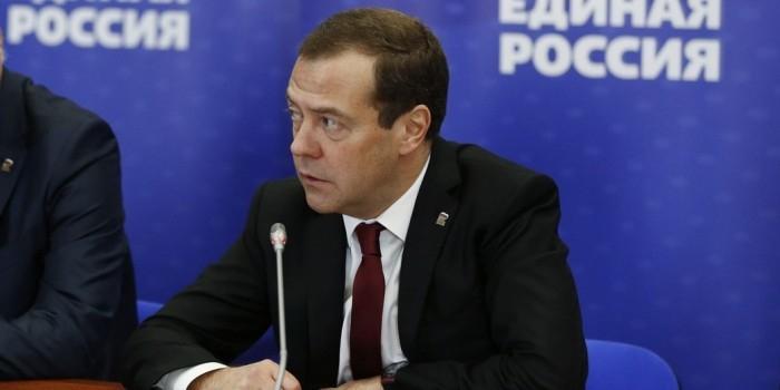 Медведев предложил запретить единороссам совмещать высокие посты в партии и в Думе