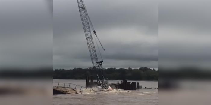 На строительстве моста через Амур кран рухнул в воду