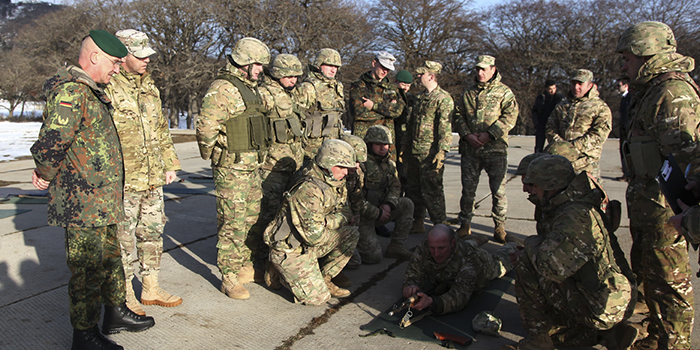 Военнослужащие ФРГ на учениях НАТО вместо пулеметов использовали ручки от метел