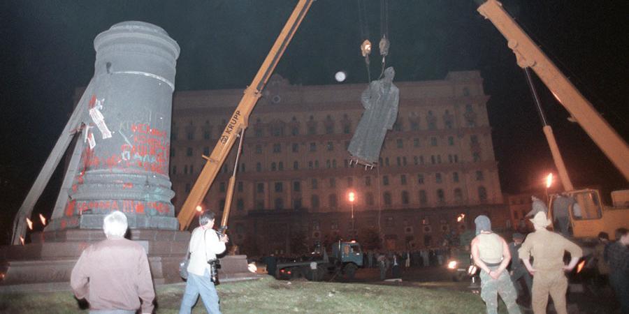 """Экс-глава Минкультуры предложил поставить на Лубянке """"объединяющий общество"""" памятник Андропову"""