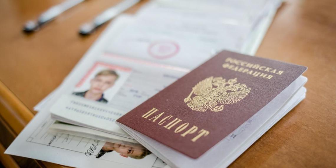 Юным россиянам в честь Дня России вручили паспорта