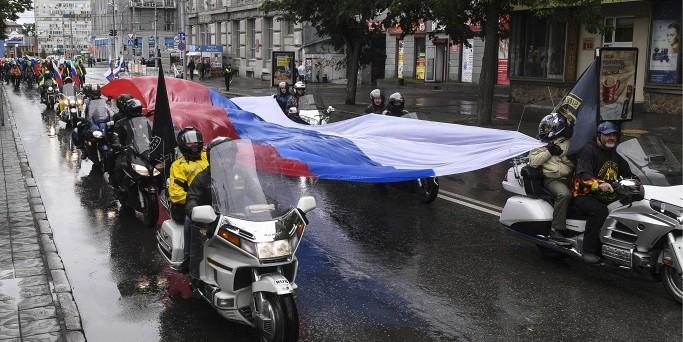 Пятьсот участников мото-велопробега в Новосибирске провезли 10-метровый флаг в честь Дня России