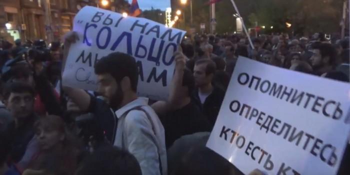 В Ереване на акции протеста закидали российское посольство яйцами