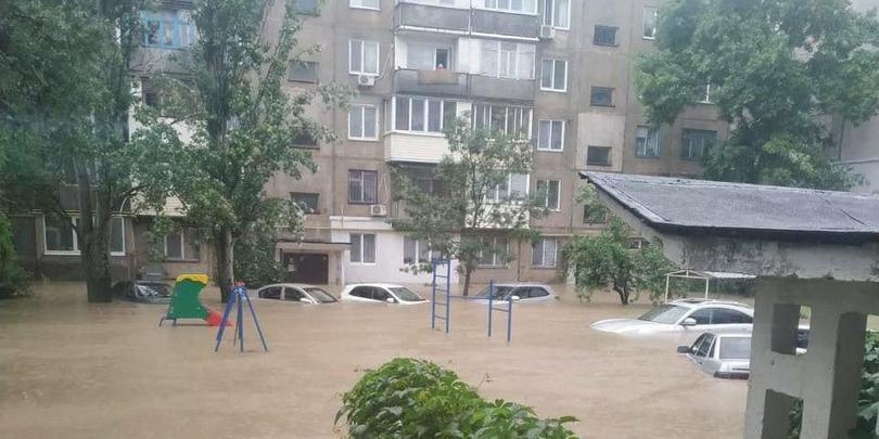 Сносящий машины поток воды в Ялте сняли на видео