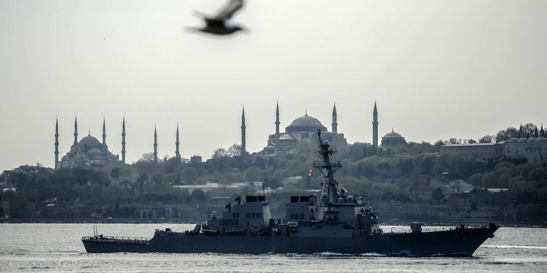 Вице-адмирал призвал кончать с заходом кораблей США в Черное море