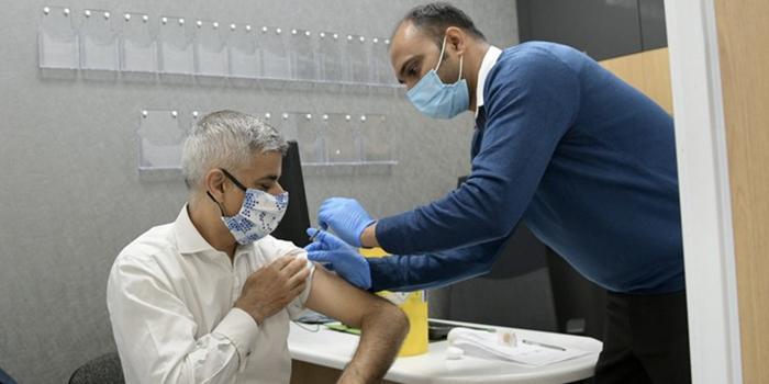 Мэр Лондона казусно отчитался о вакцинации. Не снял колпачок с иглы во время прививки
