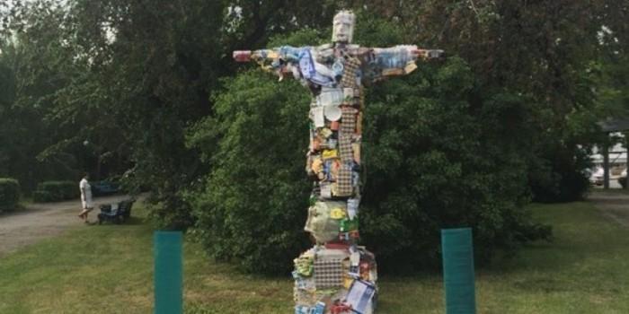 В Омске установили статую Иисуса из мусора