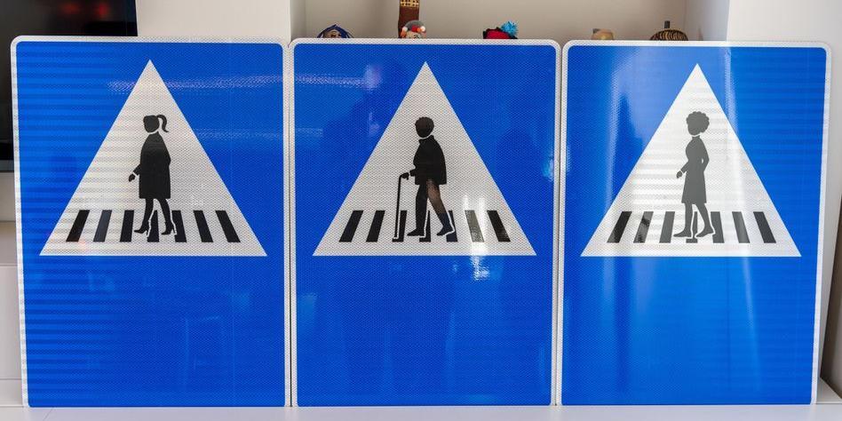 """В Женеве появятся """"женские"""" дорожные знаки"""