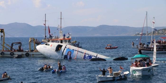 В Турции власти затопили самолет ради привлечения туристов