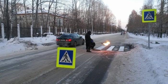 В Томской области рабочие научились наносить разметку на заледеневший асфальт