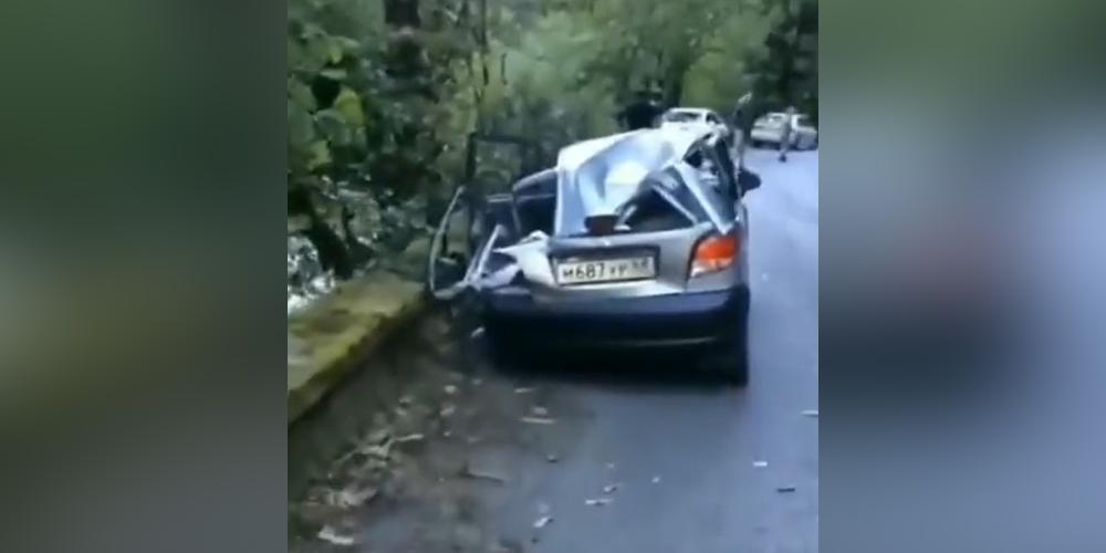 В Абхазии машину российских туристов раздавил огромный камень