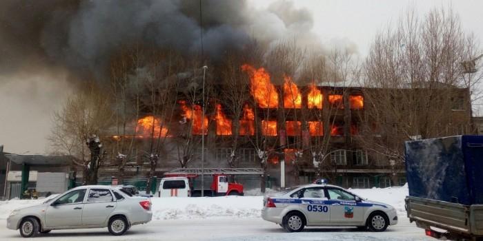 Жители Барнаула публикуют видео пожара на местном радиозаводе