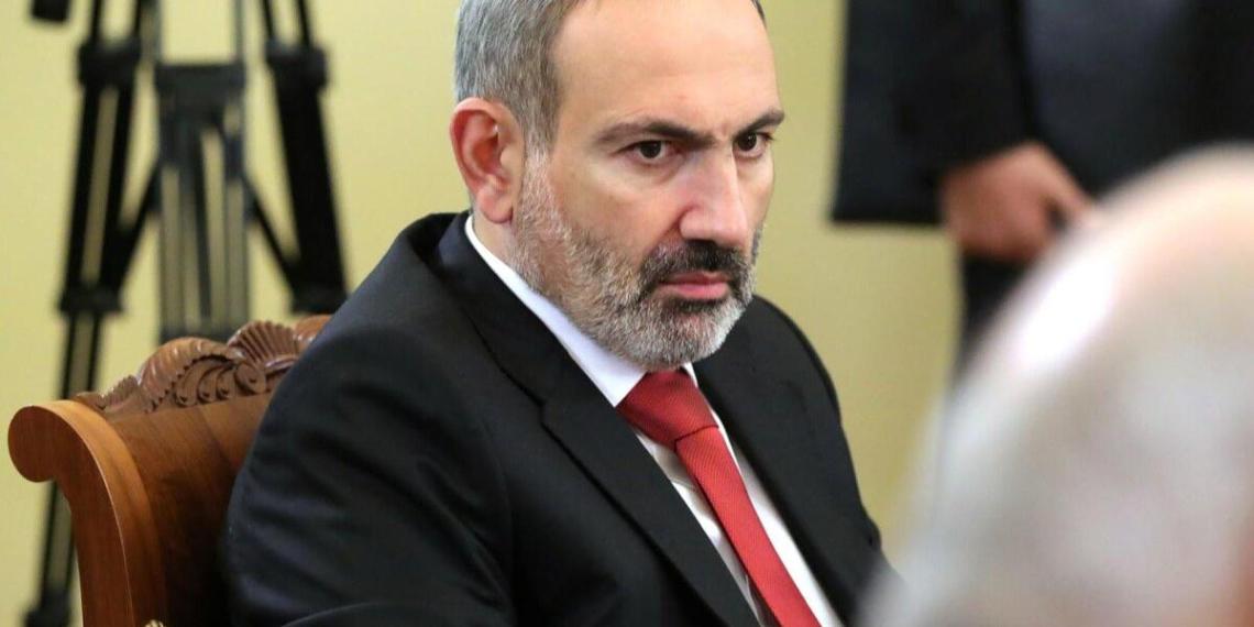 Противники Пашиняна попытались помешать ему улететь в Россию