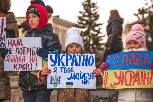 Власти Тернополя отменили занятия в школах и отправили детей на акции протеста