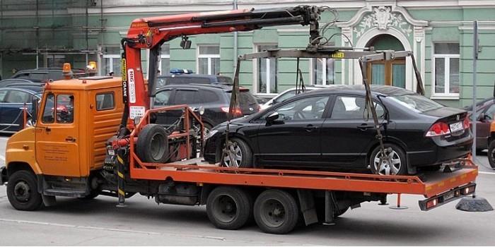 В Петербурге эвакуаторщики повредили машину и не хотели ее возвращать, забрав документы