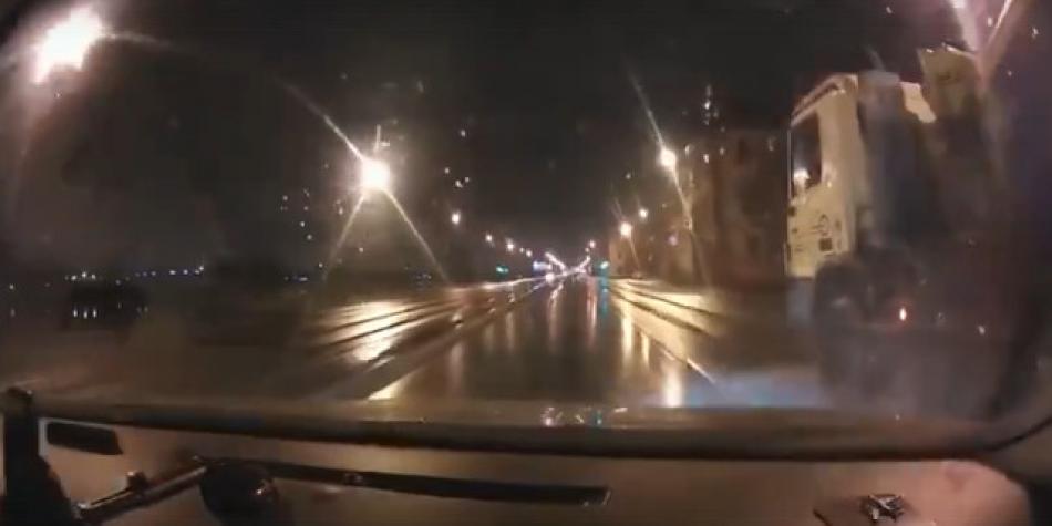 Полет бетономешалки в Неву сняли на видео