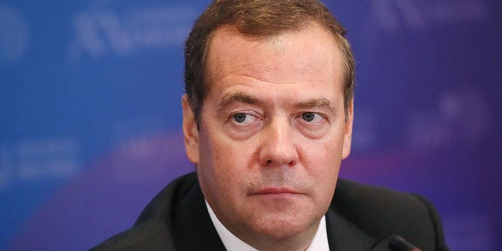Медведев не рискнул давать прогноз об окончании пандемии и посоветовал спросить об этом у бога