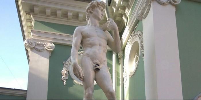 Интимные места статуи Давида петербуржцы прикрыли кепкой и скотчем