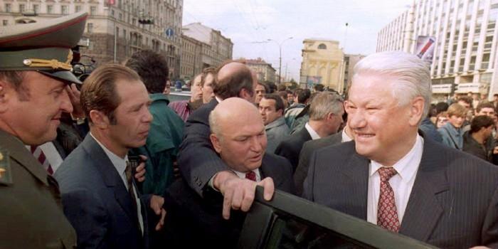 """""""Я из Белого дома руководил расстановкой техники"""": Лужков рассказал о своей роли во время путча 1991 года"""