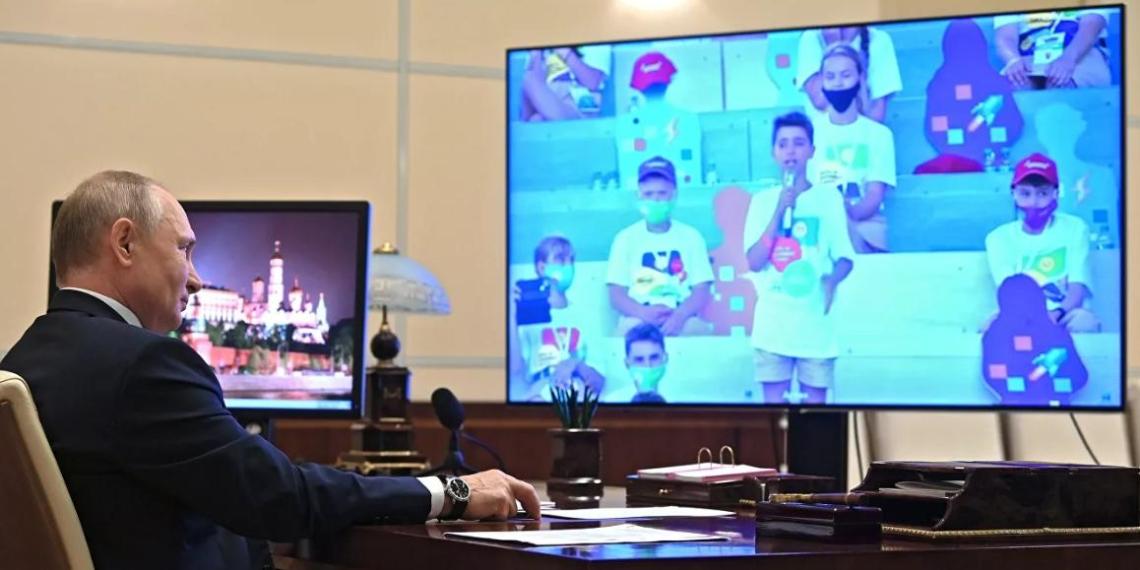 Путин успокоил школьника, разволновавшегося на презентации проекта