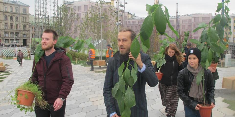 """Децл пришел в парк """"Зарядье"""" посадить выращенные им саженцы авокадо"""