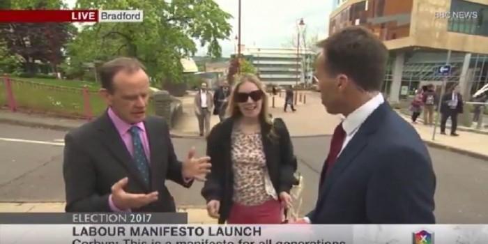 Репортер БиБиСи схватил за грудь прохожую во время эфира
